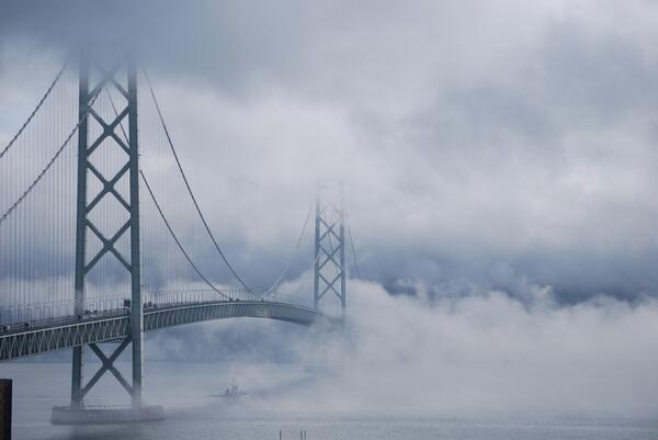 明石海峡大橋が魔界への架け橋に。ラスト1枚が完全に世界の終わり