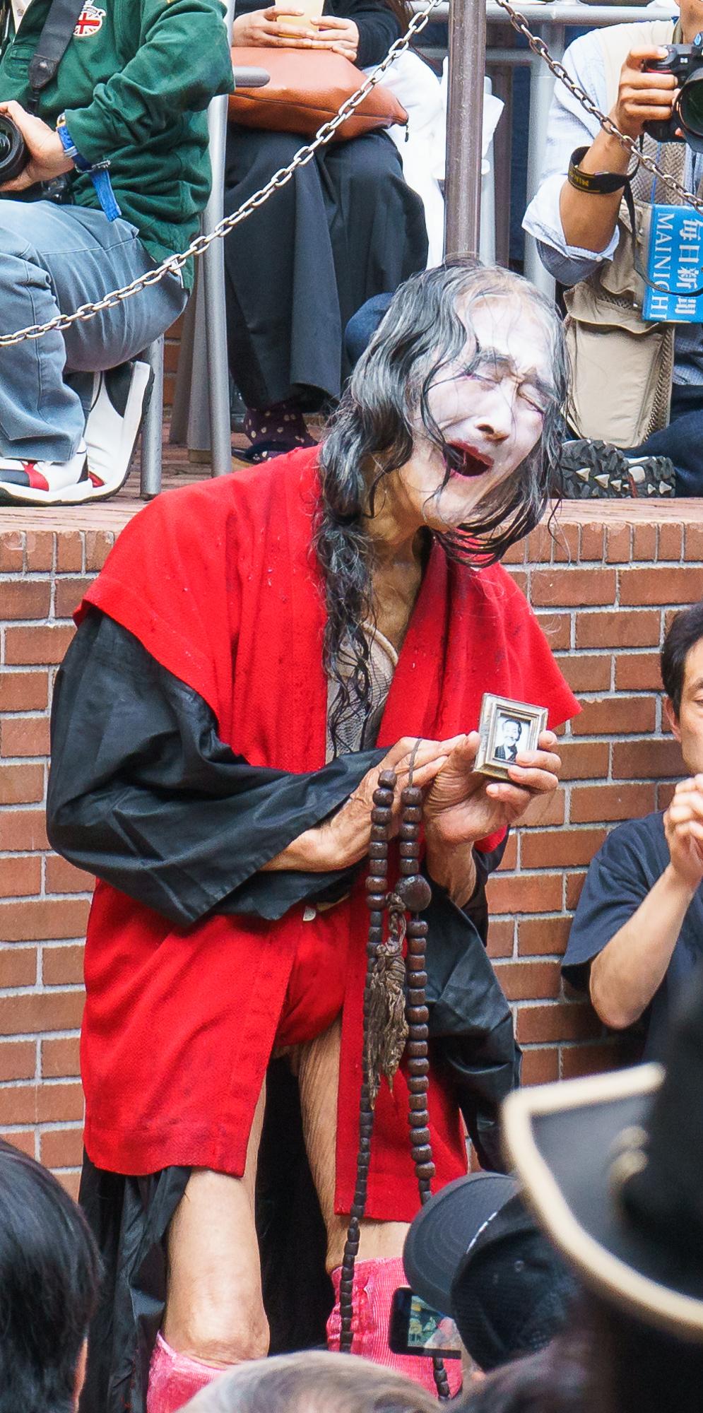 大道芸人 ギリヤーク尼ヶ崎さん87歳の青空舞踊公演 新宿三井ビル「55ひろば」